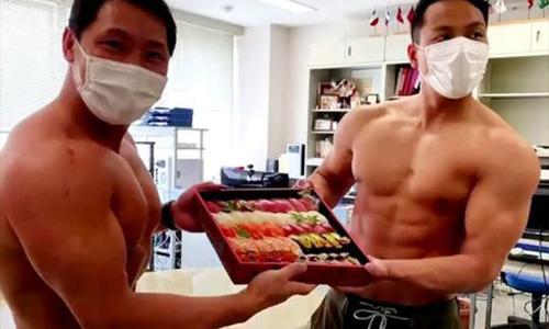 Thủy cung Nhật tạo cuộn sushi cá chình khổng lồ - 2