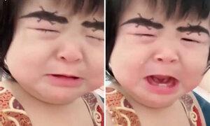 Em bé khóc òa vì mẹ dùng app vẽ lông mày