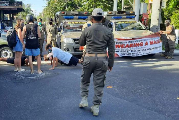 Du khách bị phạt chống đẩy vì không mang khẩu trang - 4