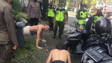 Du khách bị phạt chống đẩy vì không mang khẩu trang