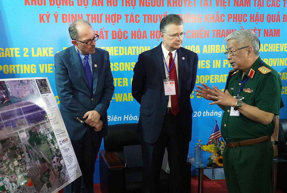 Thứ trưởng Nguyễn Chí Vịnh trao đổi xung quanh dự án xử lý dioxin với đại sứ quán Mỹ tại Việt Nam Daniel J Kritenbrink. Ảnh: Phước Tuấn