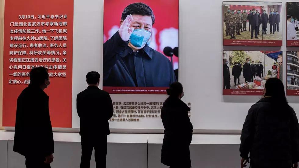 Người dân xem triển lãm về cuộc chiến chống Covid-19 của Trung Quốc tại nhà triển lãm Vũ Hán hôm 20/1. Ảnh: AFP