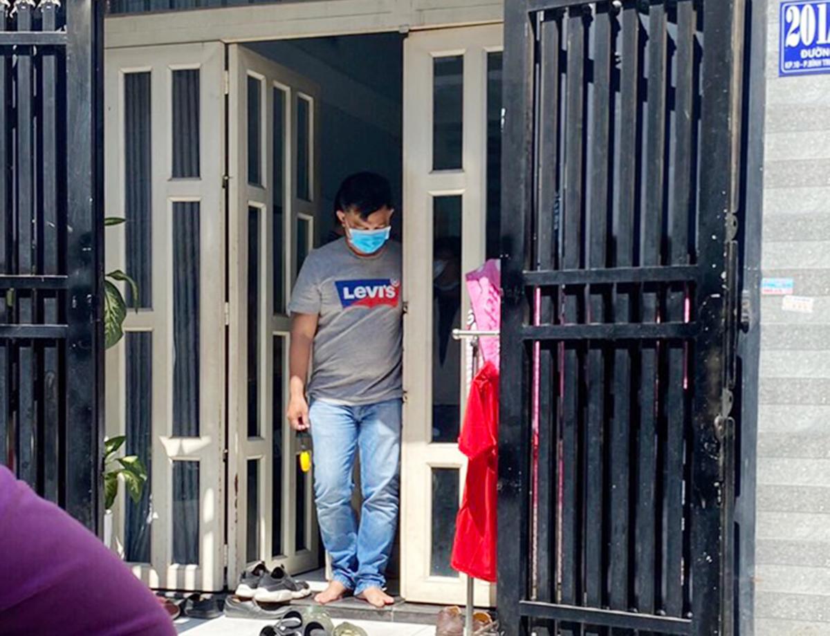 Cảnh sát khám nghiệm căn nhà nơi cháu bé đươc gửi trông. Ảnh: Nhật Vy.