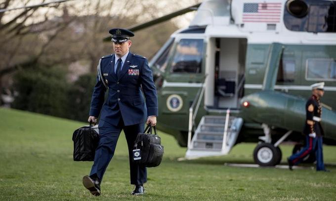 Trợ lý của Trump cầm theo vali hạt nhân bên ngoài Nhà Trắng hồi năm 2019. Ảnh: AP.