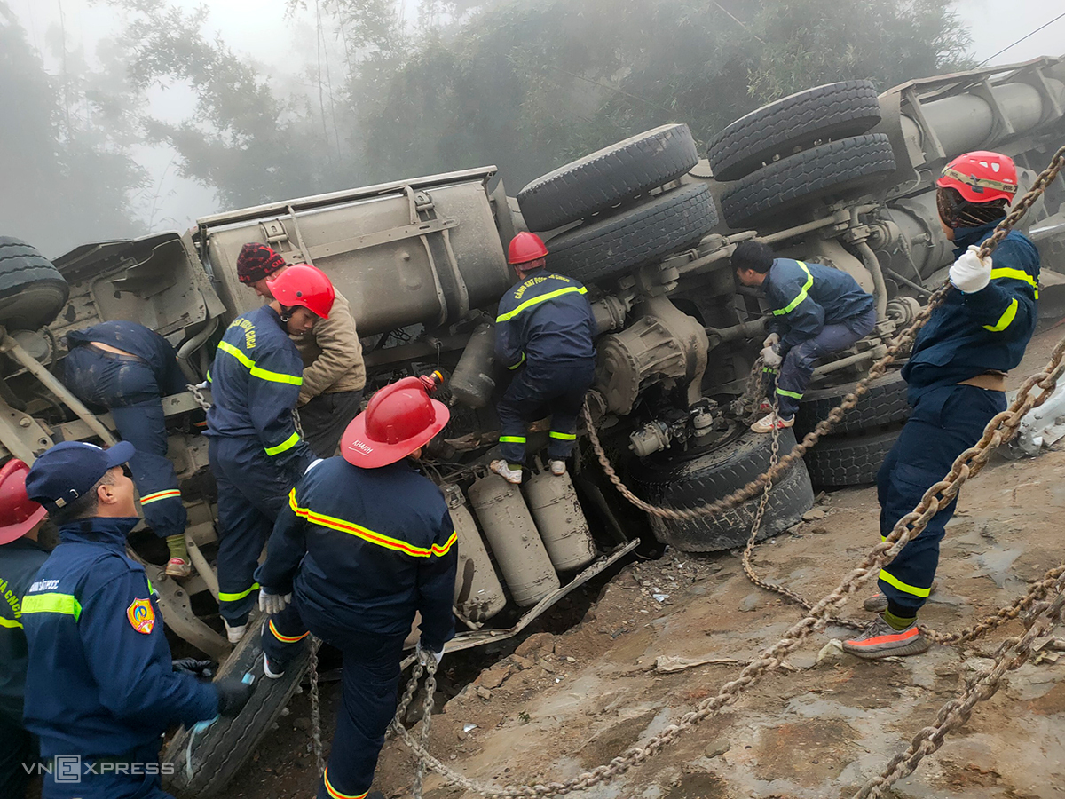 Cảnh sát phòng cháy chữa cháy cứu hộ chiếc xe gặp nạn. Ảnh: Thanh Tuấn