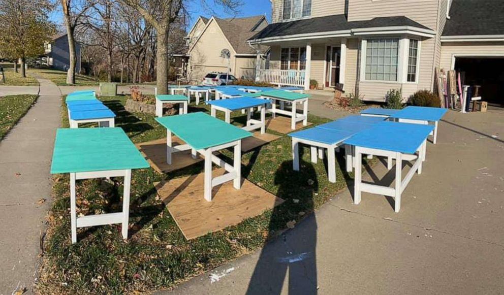 Những chiếc bàn gỗ sau khi hoàn thành. Ảnh: Good Morning America