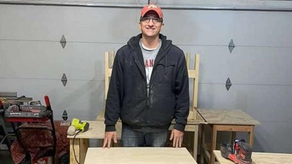 Thầy Nate Evans trong xưởng làm bàn học của mình. Ảnh: Good Morning America