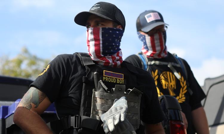 Thành viên nhóm Proud Boys tham gia một cuộc biểu tình ở Portland, bang Oregon, Mỹ, ngày 26/9/2020. Ảnh: Reuters.