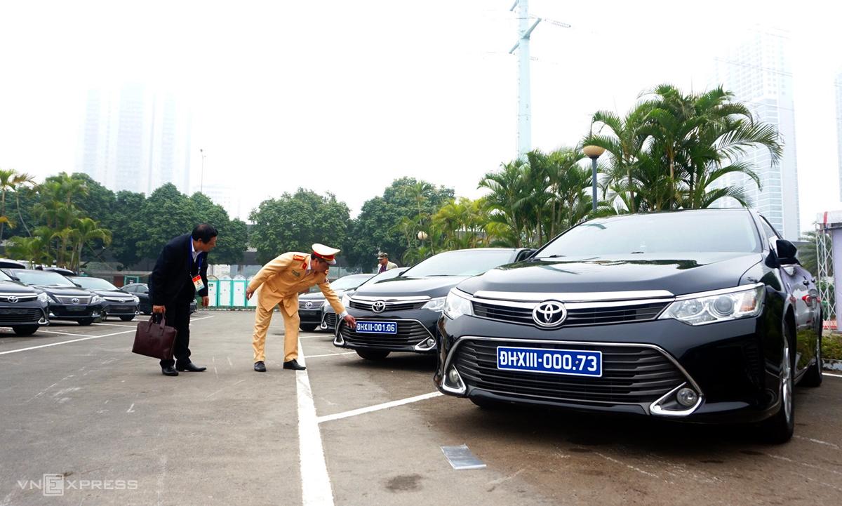 CSGT kiểm định, gắn biển số cho hơn 100 xe phục vụ Đại hội Đảng
