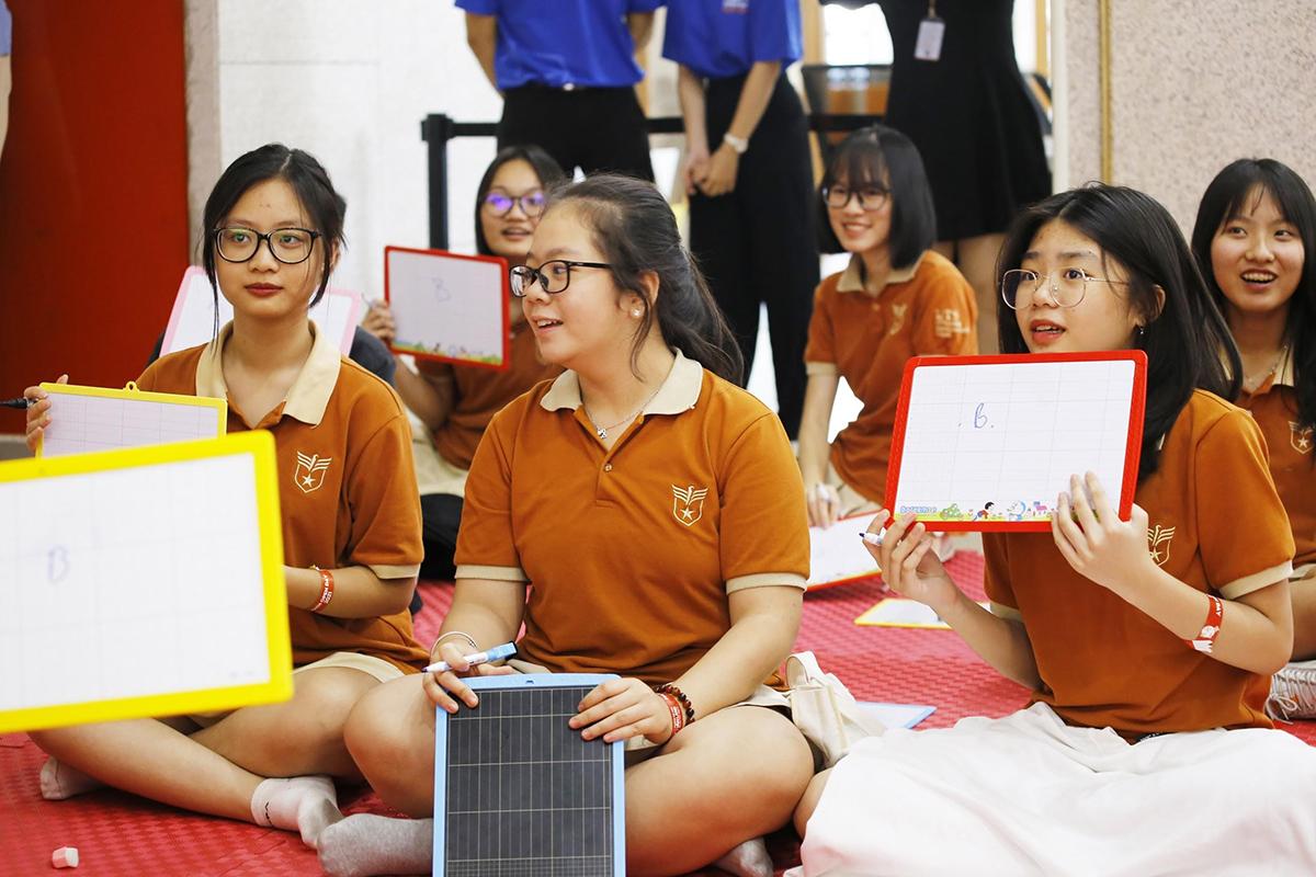 Phần thi Rung chuông vàng bằng tiếng Anh với các câu hỏi Toán học là sân chơi sôi động, đòi hỏi các em phải tư duy.