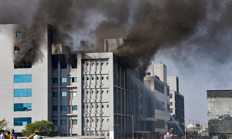 Khói bốc lên từ đám cháy ở Viện Huyết thanh Ấn Độ hôm nay. Ảnh: India Today.