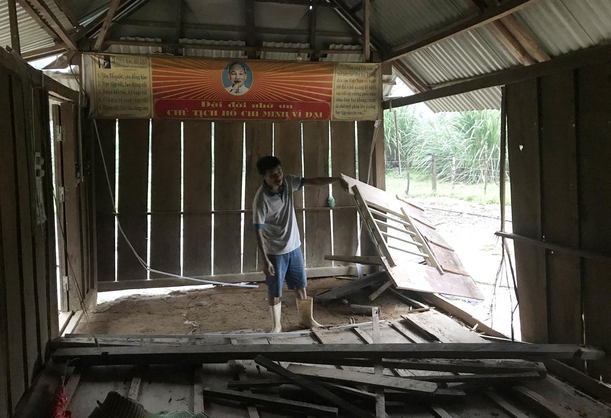 Thầy Cao Xuân Đồng dọn đống đổ nát trong lớp học sau trận lũ tháng 10/2020. Ảnh: Việt Anh.