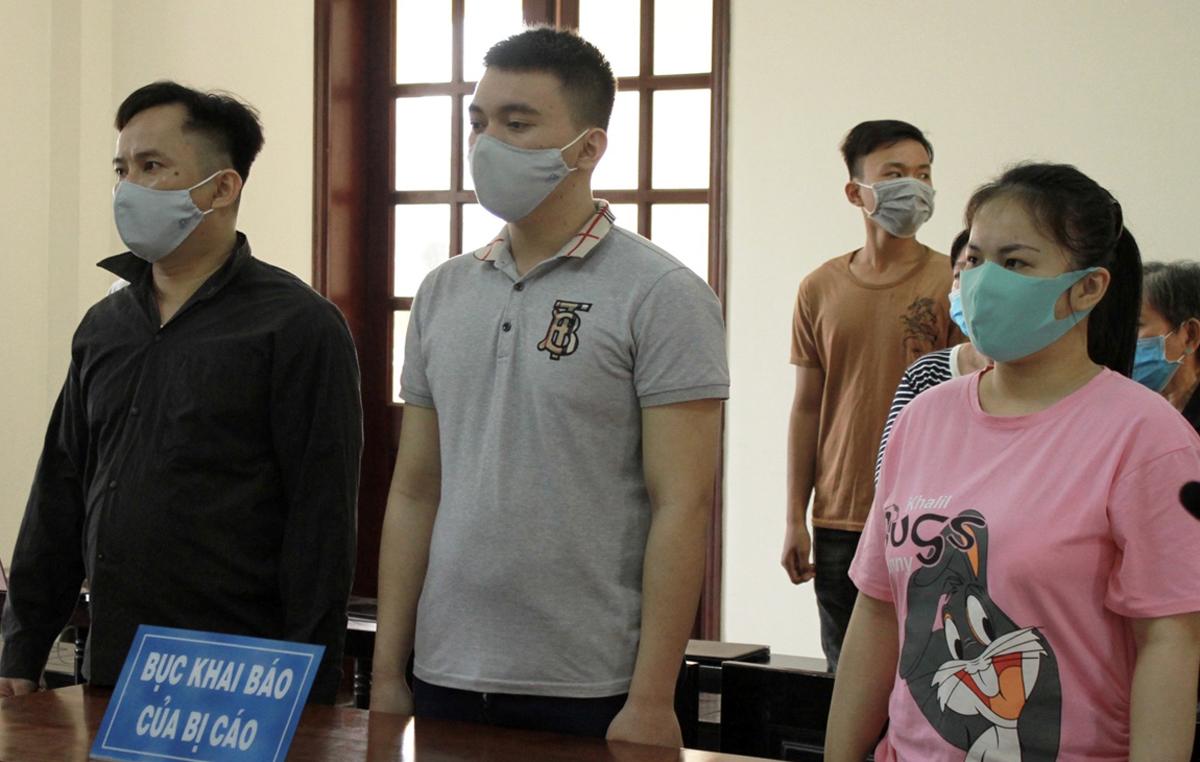 Dũng (trái) và đồng phạm tại tòa hôm nay. Ảnh: Dương Trang.