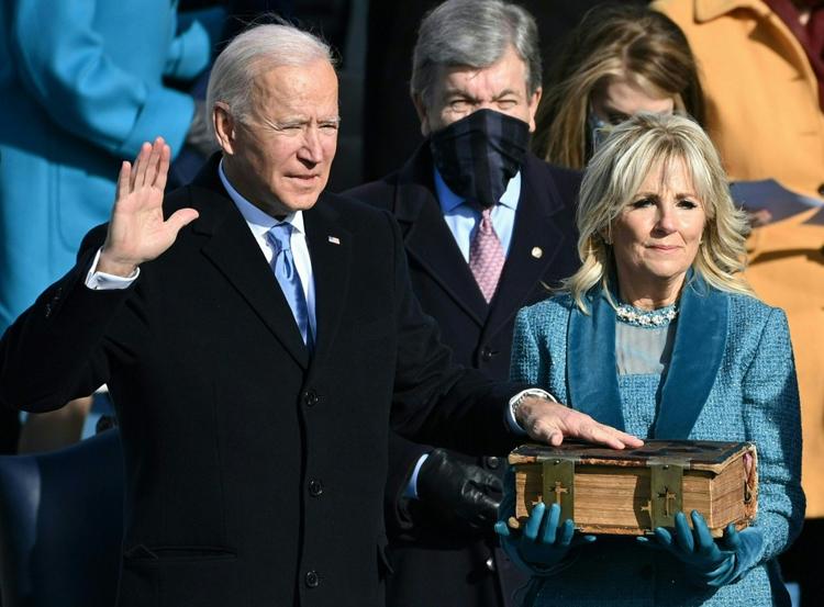 Tổng thống Mỹ Joe Biden tuyên thệ nhậm chức tại tòa nhà quốc hội hôm 20/1, bên cạnh là vợ ông Jill Biden. Ảnh: AFP.