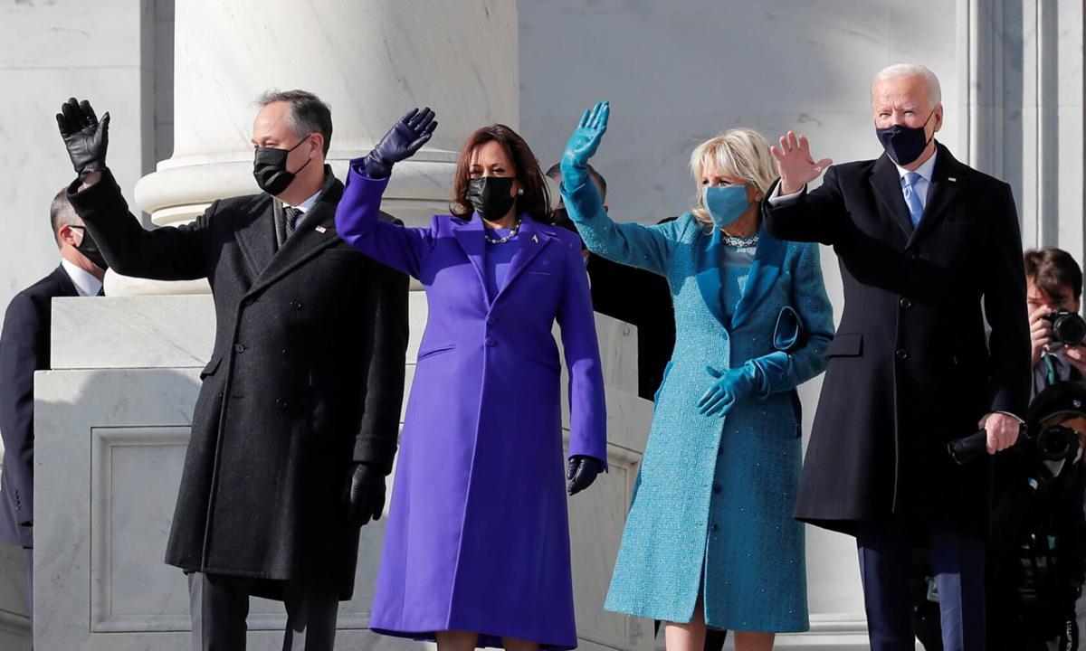 Vợ chồng Biden (giữa) cùng vợ chồng Harris (trái) ở Đồi Capitol hôm 20/1. Ảnh: Reuters.
