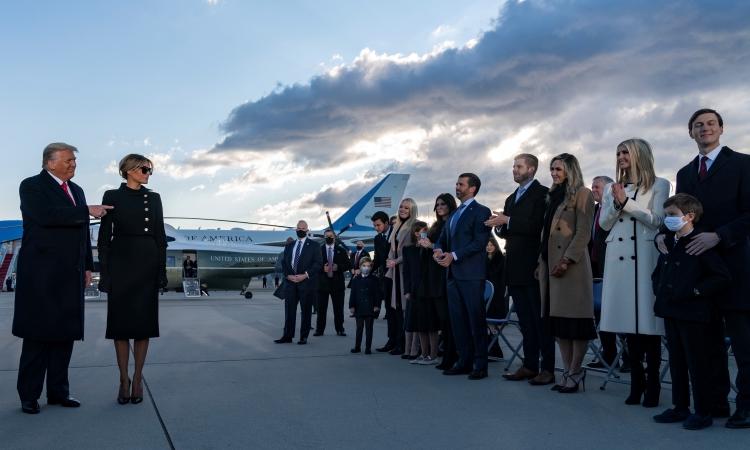 Vợ chồng Trump và các con trong buổi lễ chia tay ở căn cứ không quân Andrews hôm 20/1. Ảnh: AFP.