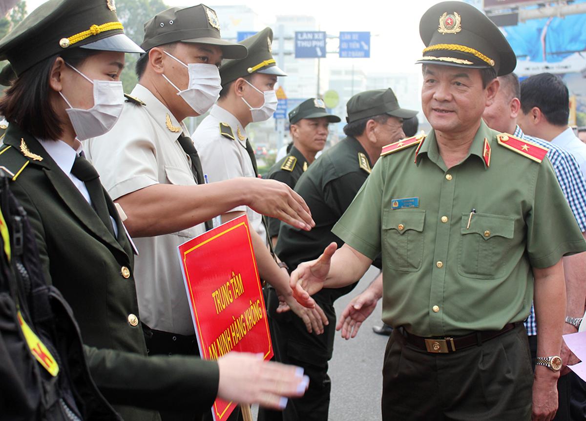 Thiếu tướng Lê Hồng Nam chào các lực lượng vũ trang bảo vệ Tân Sơn Nhất, ngày 21/1. Ảnh: Quốc Thắng.