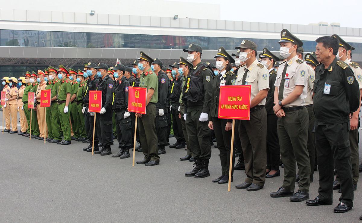 Lực lượng bảo vệ Tân Sơn Nhất gồm cảnh sát hình sự, cơ động, giao thông, Công an quận Tân Bình. Ảnh: Quốc Thắng.