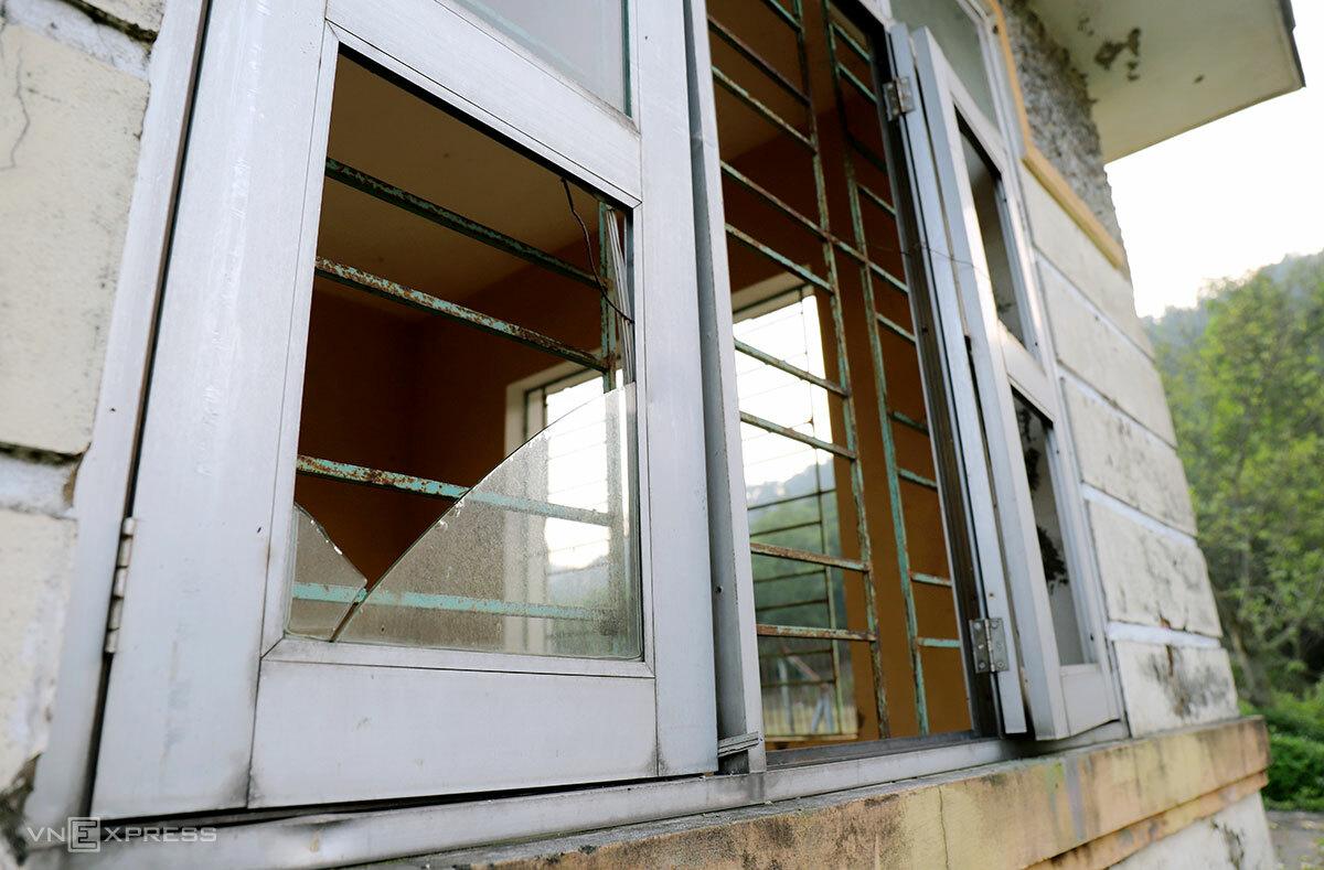 Dãy nhà bảo vệ cửa kính vỡ, xuống cấp. Ảnh: Đức Hùng