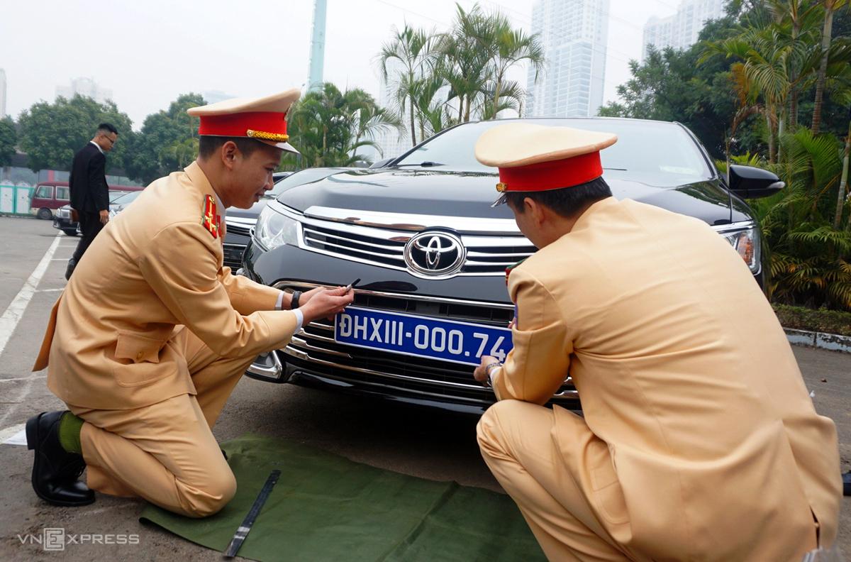 CSGT kiểm định, gắn biển số cho hơn 100 xe phục vụ Đại hội Đảng - 2