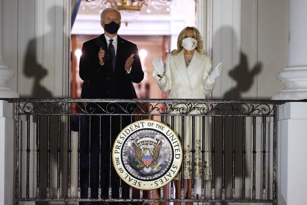 Tân tổng thống Mỹ Joe Biden và Đệ nhất phu nhân Jill Biden tại Nhà Trắng tối 20/1. Ảnh: AFP.