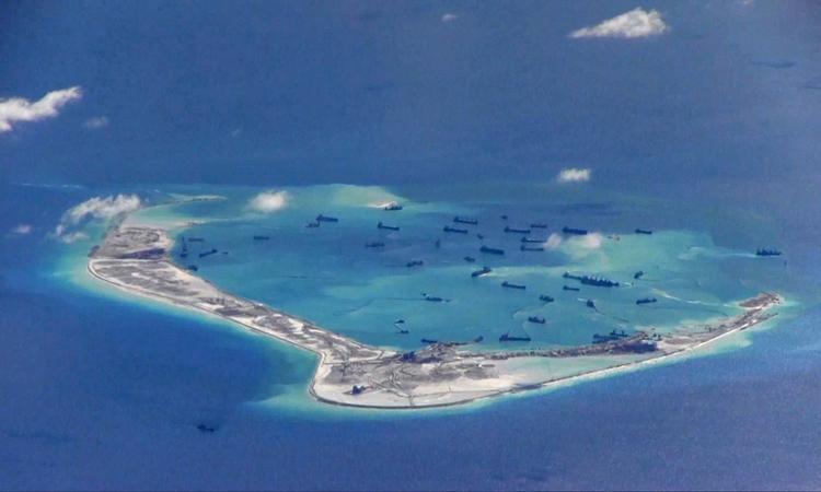 Tàu nạo vét Trung Quốc xung quanh đá Vành Khăn thuộc quần đảo Trường Sa của Việt Nam hồi tháng 5/2015. Ảnh: Reuters.