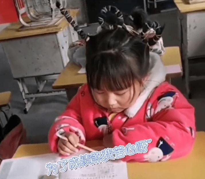 Mẹ tết tóc thành số 100 cổ vũ con gái đi thi