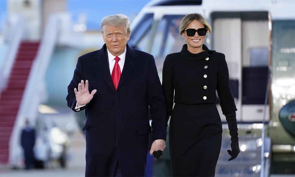 Cựu tổng thống Mỹ Donald Trump (trái) và phu nhân Melania Trump (phải) trước khi lên chuyên cơ Không lực Một tại căn cứ không quân Andrews, bang Maryland, ngày 20/1. Ảnh: AP.