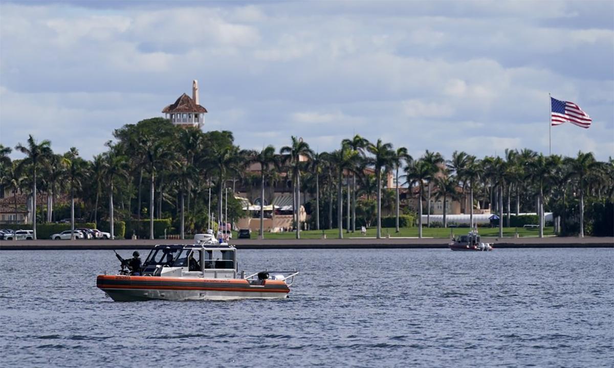 Nhân viên an ninh tuần tra bên ngoài khu nghỉ dưỡng Mar-a-Lago tại Palm Beach, bang Florida, Mỹ, ngày 20/1. Ảnh: AP.
