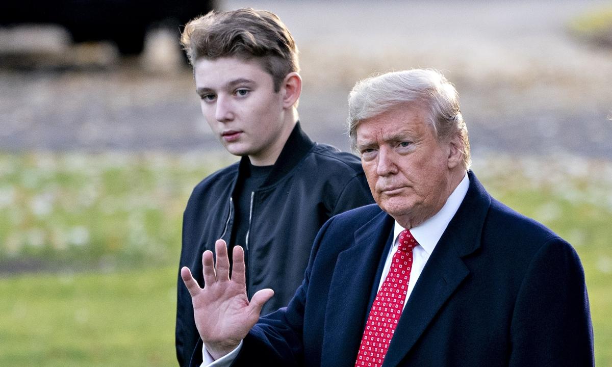 Trump và Barron tại bãi cỏ Nhà Trắng tháng 11/2019. Ảnh: AP.