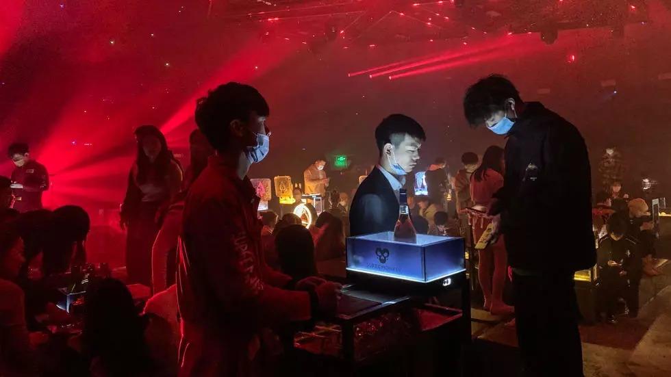 Người dân vui chơi trong một hộp đêm ở Vũ Hán hôm 20/1. Ảnh: AFP