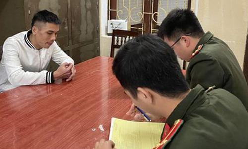 Công an huyện Ngọc Lặc lập biên bản xử phạt Phạm Thanh Tùng. Ảnh: Lam Sơn.