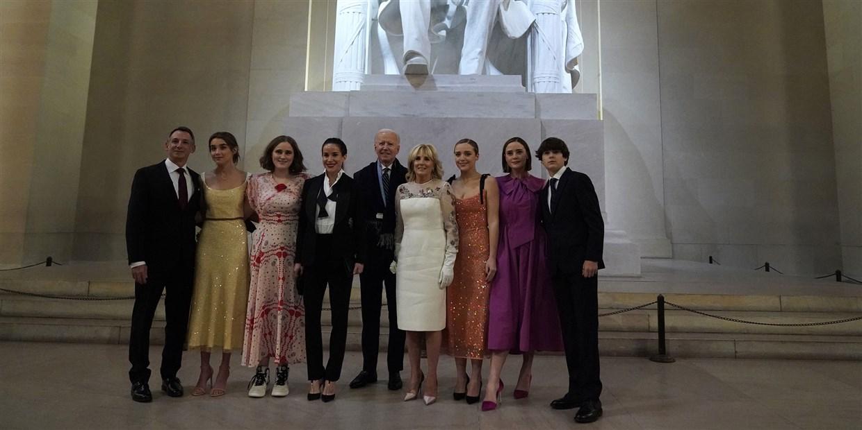Gia đình tân tổng thống Mỹ Joe Biden tối 20/1. Ảnh: AFP.