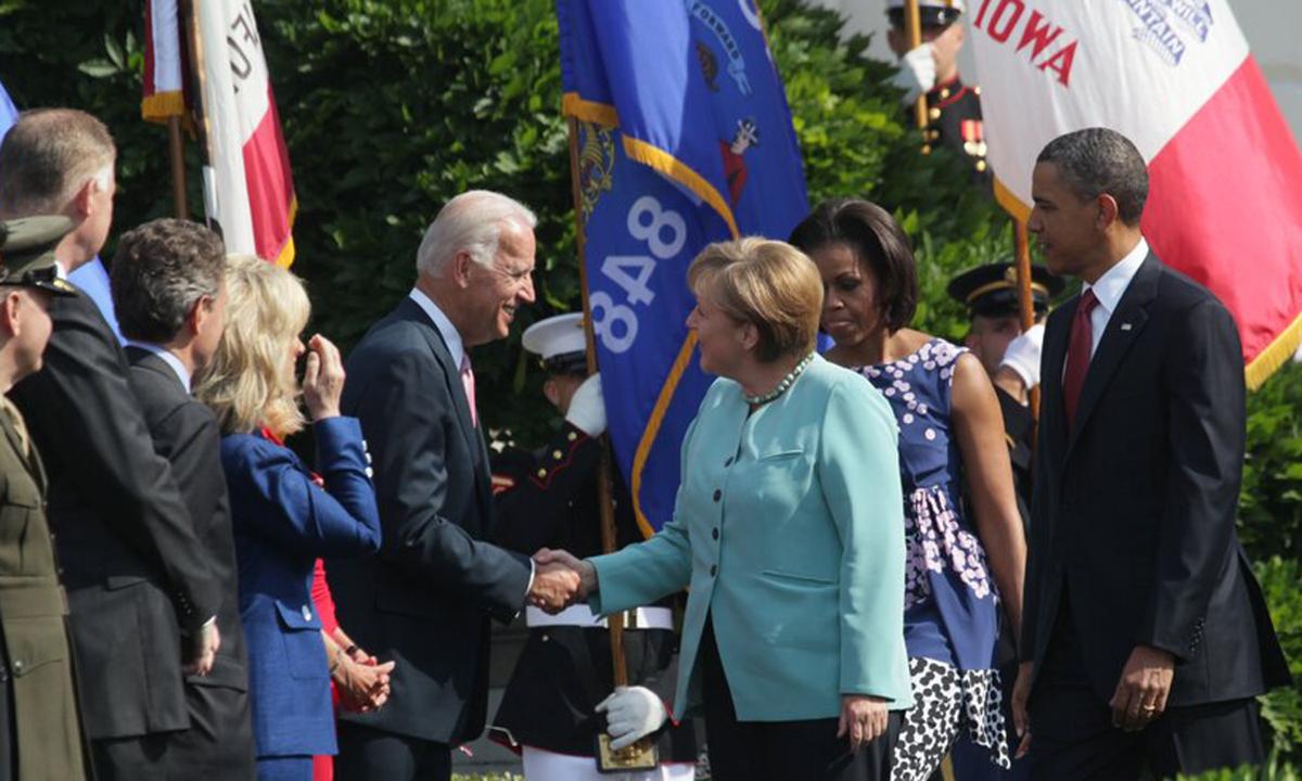 Biden, khi còn là phó tổng thống Mỹ, bắt tay Thủ tướng Đức Angela Merkel (giữa) tại Nhà Trắng hồi năm 2011. Ảnh: NYTimes.