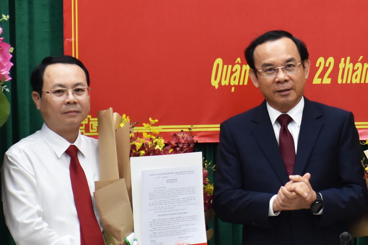 Bí thư Thành ủy Nguyễn Văn Nên trao quyết định cho ông Nguyễn Văn Hiếu, chiều 22/1. Ảnh: Hữu Công.
