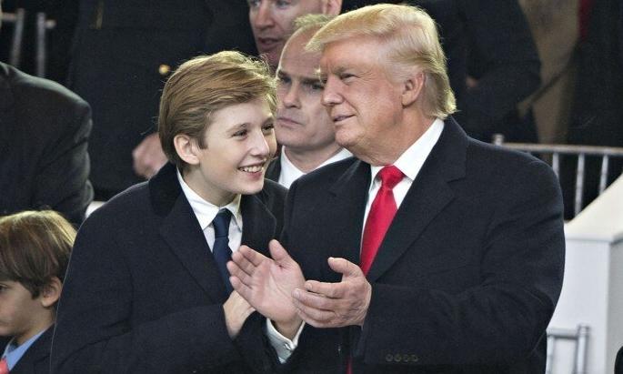 Trump và con trai Barron tại lễ nhậm chức ngày 20/1/2017. Ảnh: Bloomberg.