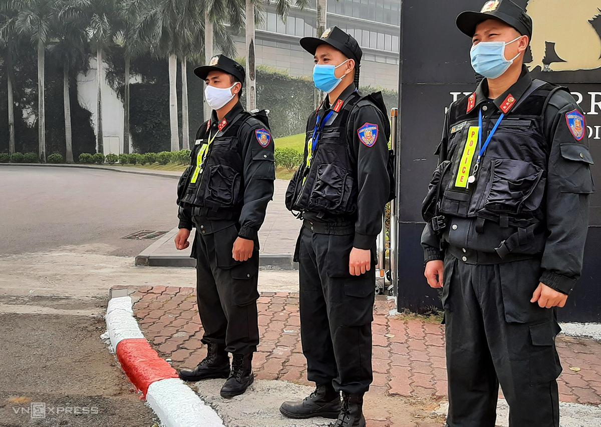 Phía cổng phụ Trung tâm hội nghị và khách sạn trên đường Đỗ Đức Dục, phố Miếu Đầm Nam Từ Liêm cũng có hàng chục cảnh sát cơ động khác canh gác. Ảnh: Bá Đô