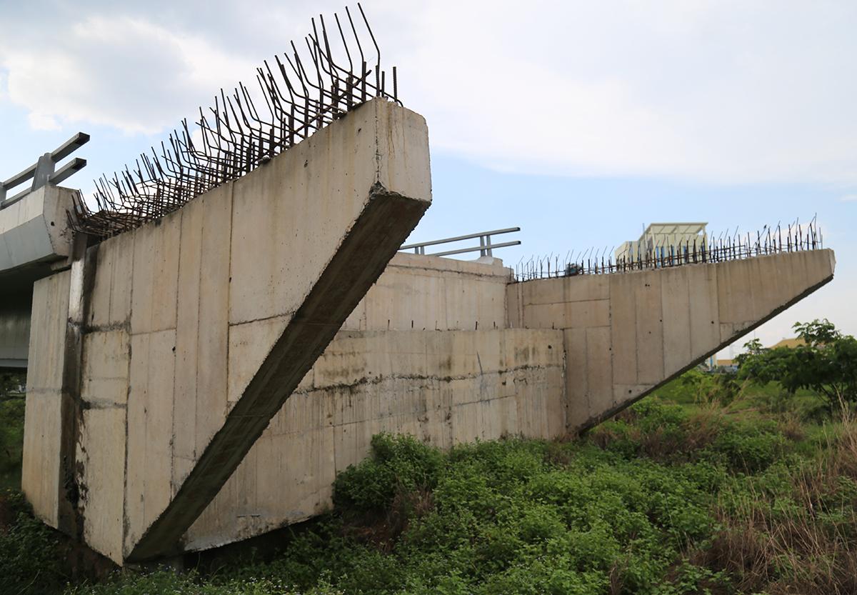 Trụ cầu kết nối với nút giao cầu vượt Võ Văn Kiệt - quốc lộ 1 nằm chơ vơ sau khi đơn vị thi công rút đi. Ảnh: Hữu Công.