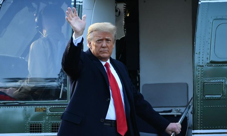 Cựu tổng thống Trump vẫy tay chào tạm biệt khi bước lên Marine One rời Nhà Trắng hôm 20/1. Ảnh: AFP.