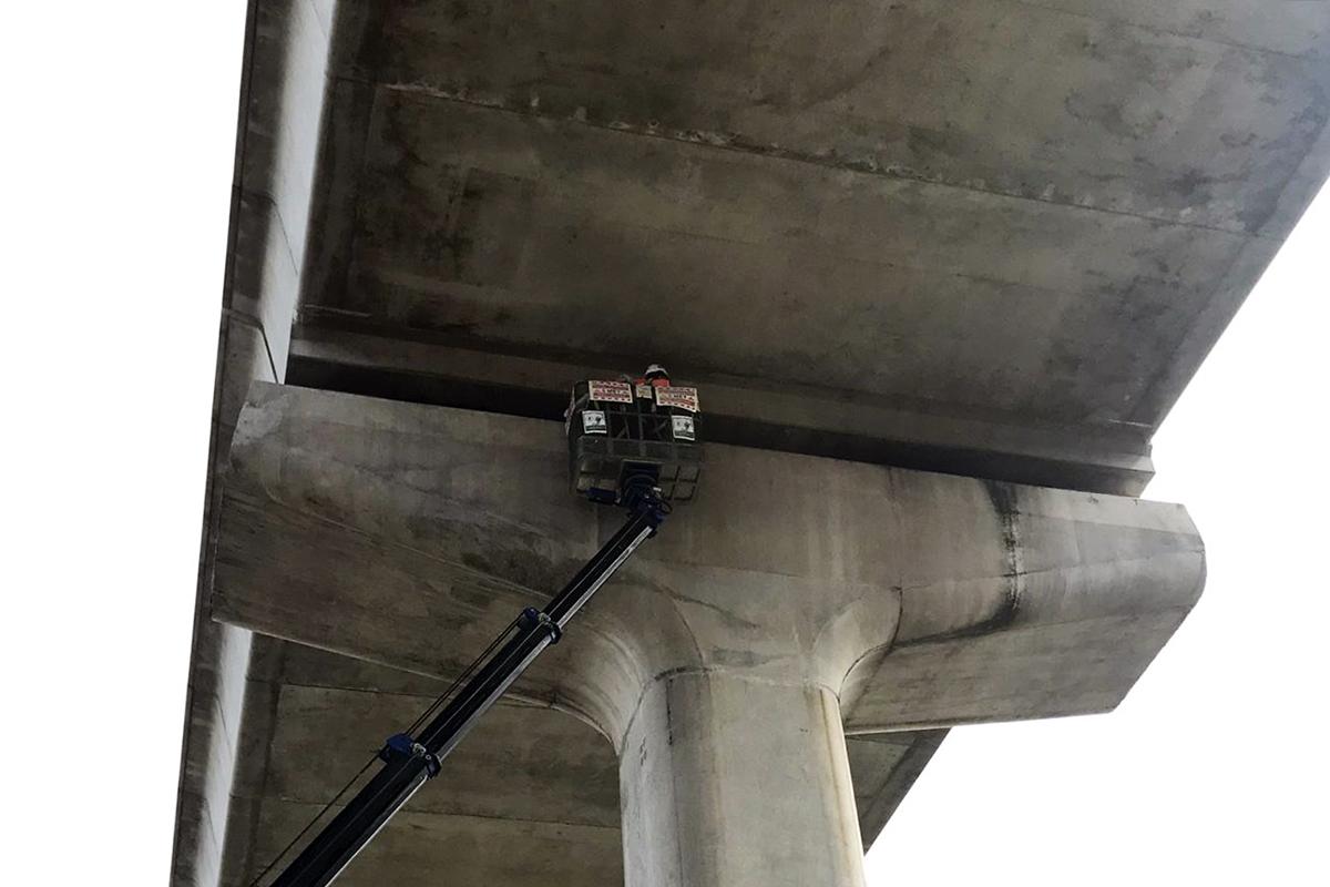 Kỹ sư kiểm tra gối dầm cầu tại khu vực cầu khu vực giữa ngã tư Thủ Đức và Bình Thái (TP Thủ Đức). : Phạm Quỳnh.
