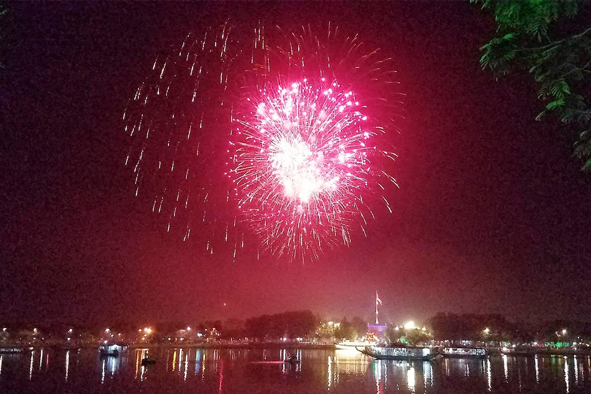 Pháo hoa trên sông Hương mừng xuân Canh Tý trên sông Hương. Ảnh: Võ Thạnh