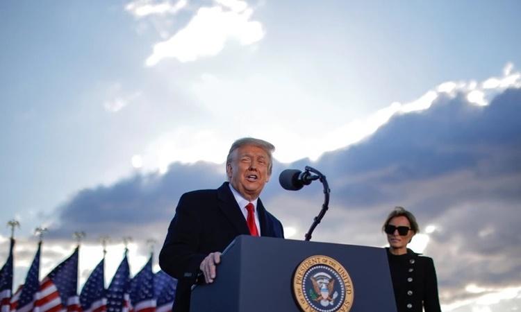 Cựu tổng thống Mỹ Donald Trump phát biểu tại căn cứ quân sự Andrews, Maryland, trước khi lên máy bay tới Florida ngày 20/1. Ảnh: Reuters.