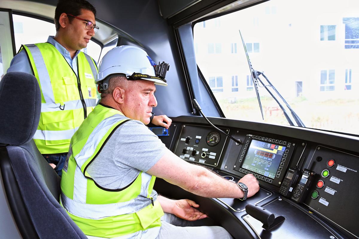 Trong quá trình chạy thử, lái tàu do nhà thầu nước ngoài đảm nhiệm. Ảnh: Giang Huy.