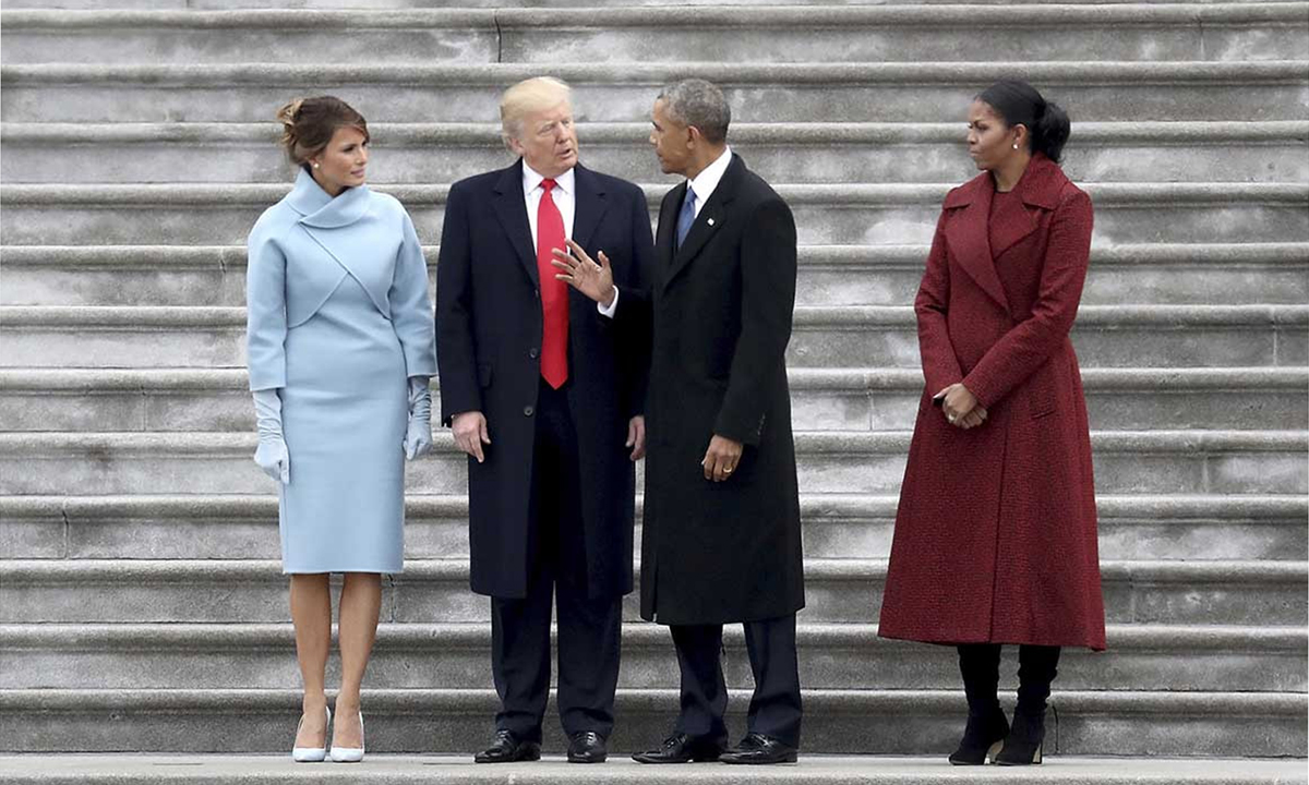 Vợ chồng tổng thống Donald Trump (trái) và vợ chồng tổng thống Barack Obama tại Đồi Capitol hôm 20/1/2017. Ảnh: AP.