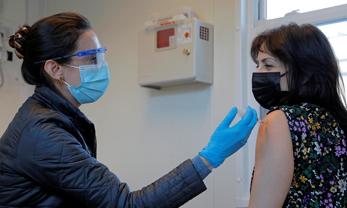Nhân viên y tế tiêm vaccine Covid-19 tại một điểm tiêm chủng ở thành phố New York, Mỹ, ngày 10/1. Ảnh: Reuters.