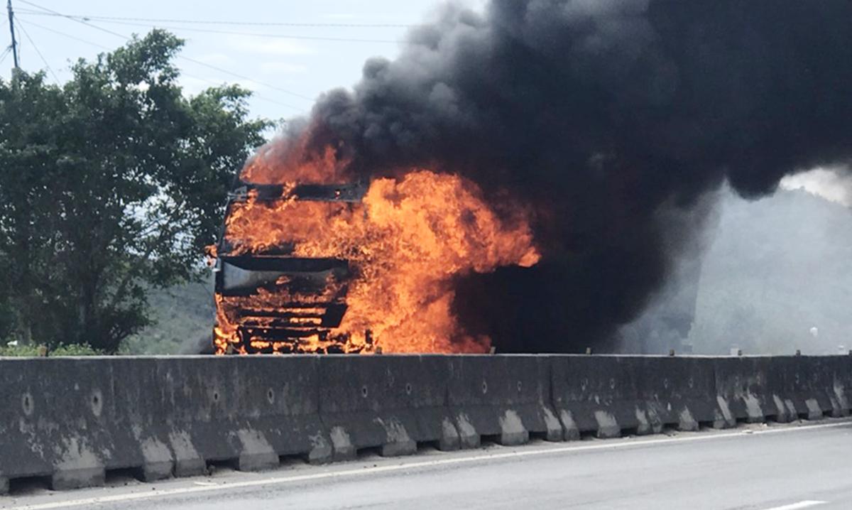 Xe đầu kéo cháy ngùn ngụt trên quốc lộ 1 qua Khánh Hòa. Ảnh: Hoài Duy.
