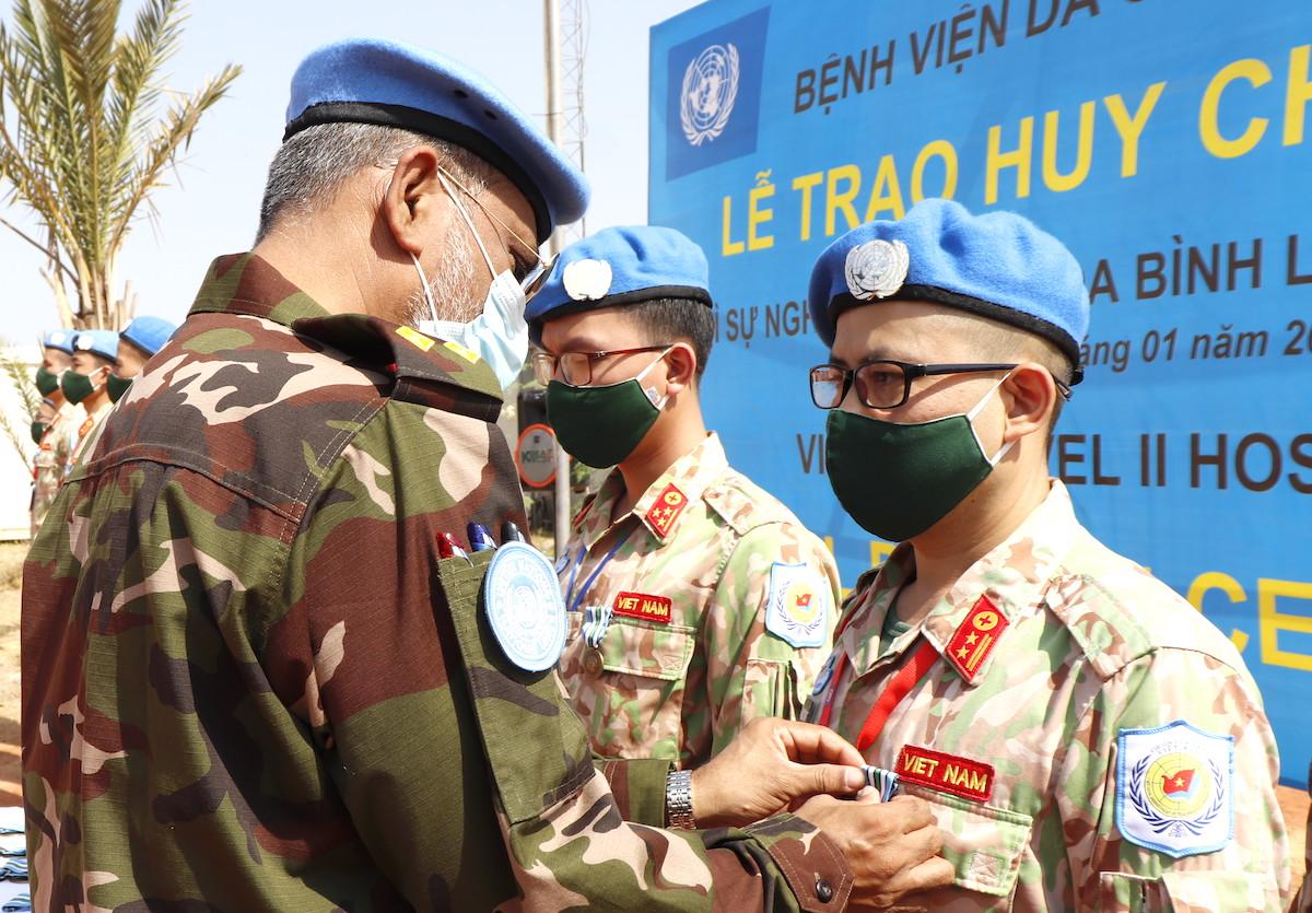 Thiếu tướng Shamim Kamal (Chỉ huy trưởng quân sự Phân khu Unity) trao Huy chương vì Sự nghiệp Gìn giữ hòa bình Liên Hợp Quốc cho các thành viên bệnh viện dã chiến 2.2 của Việt Nam. Ảnh: BVDC 2.2