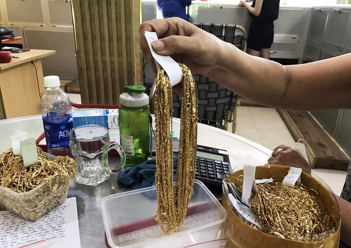 Số vàng Tuấn ăn trộm giao nộp cho công an. Ảnh: Sơn Thủy.
