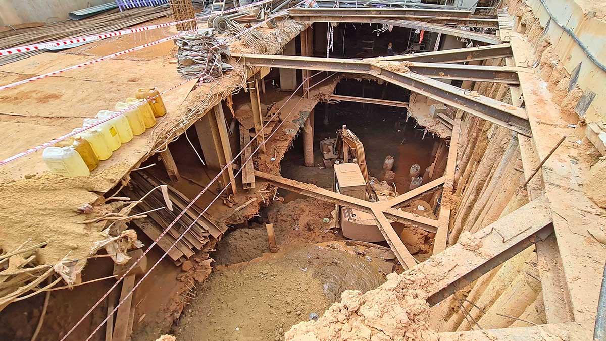 Phía dưới hầm công trình xây dựng khách sạn gây sụt lún. Ảnh: Khánh Hương