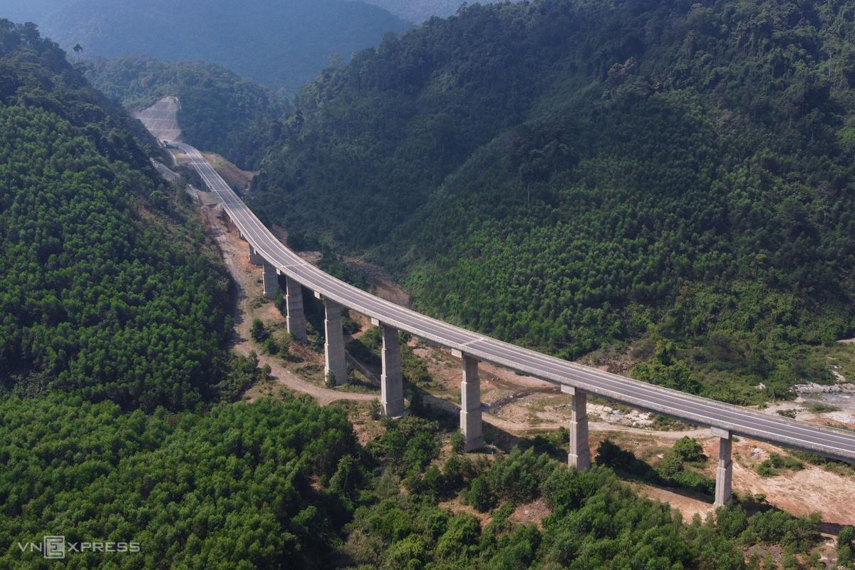 Cầu vượt trên tuyến cao tốc xuyên vườn quốc gia Bạch Mã, Thừa Thiên Huế. Ảnh: Võ Thạnh